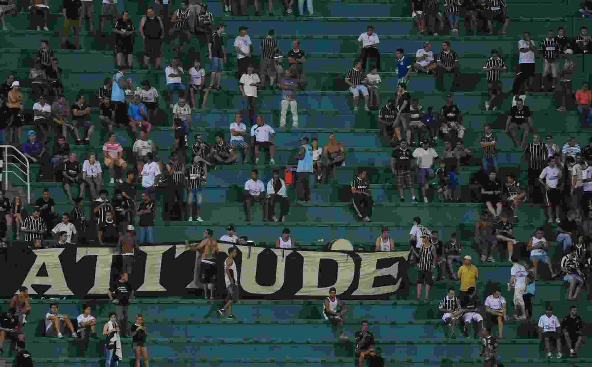 """05.fev.2014 - Torcida do Corinthians acompanha o jogo contra o Bragantino e exibe faixa cobrando """"atitude"""" dos atletas - Junior Lago/UOL"""