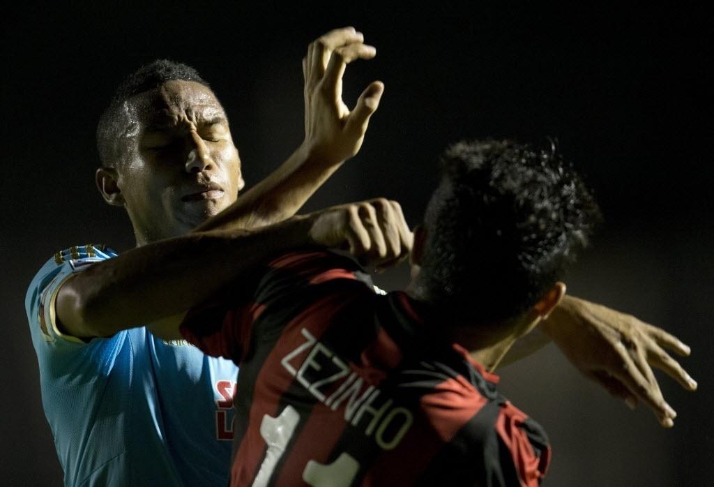5.fev.2014 - Adan Balbín e Zezinho trocam agressões durante partida entre Atlético-PR e Sporting Cristal; ambos jogadores foram expulsos pelo árbitro