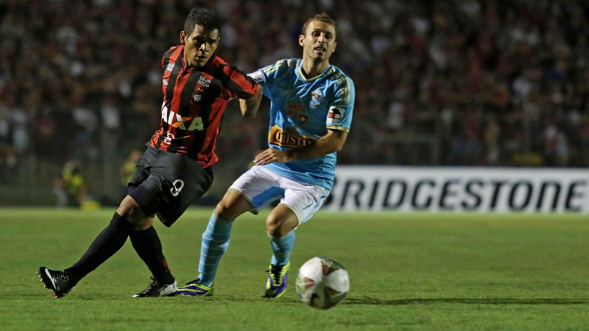 5.fev.2014 - Ederson observa a bola enquanto é marcado de perto por Calcaterra durante partida na Vila Capanema