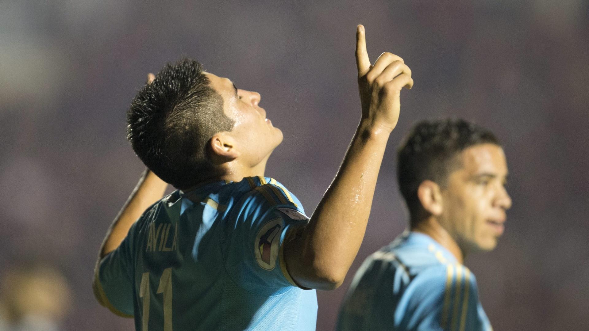 5.fev.2014 - Ivern Ávila vibra após marcar gol de empate do Sporting Cristal contra o Atlético-PR