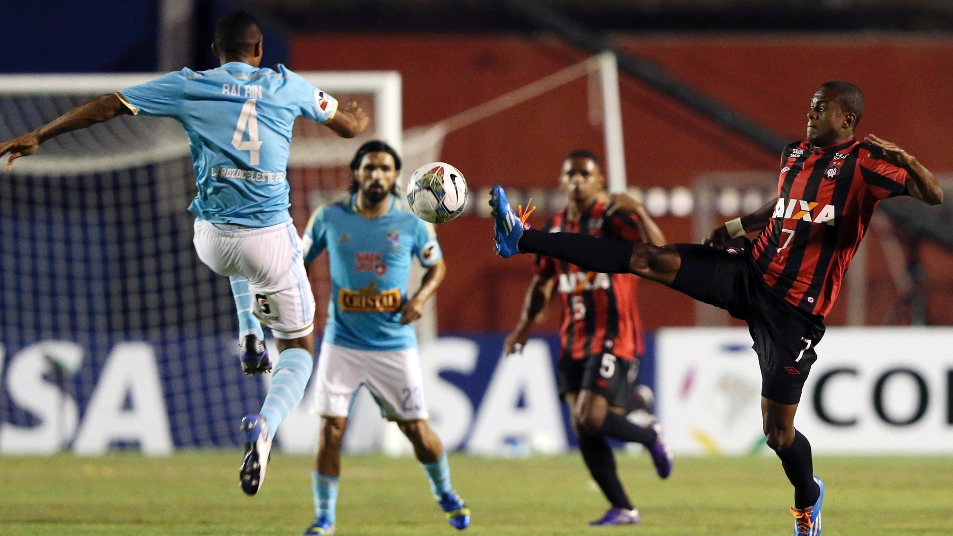 5.fev.2014 - Marcelo Cirino e Adan Balbin protagonizam forte disputam de bola durante partida entre Atlético-PR e Sporting Cristal