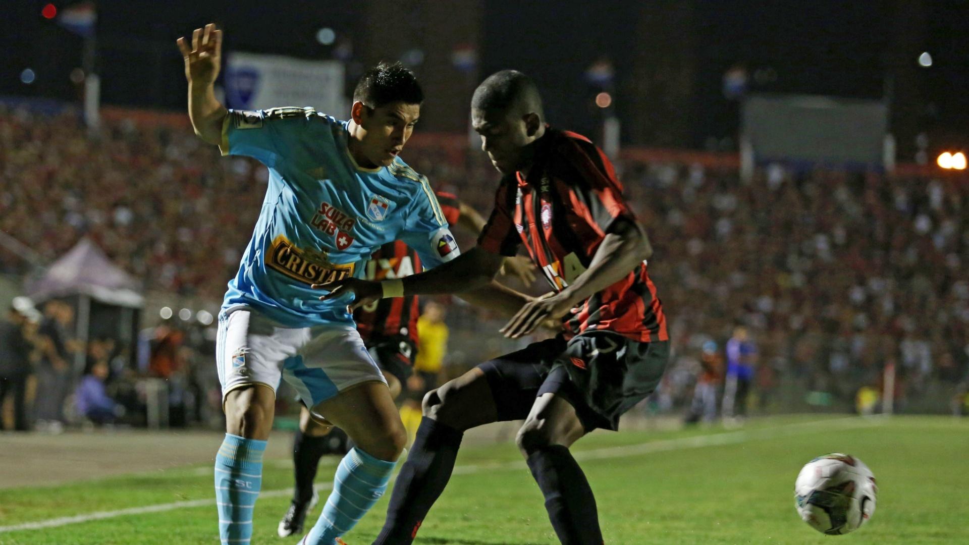 5.fev.2014 - Marcelo tenta roubar a bola de Irven Avila durante partida entre Atlético-PR e Sporting Cristal