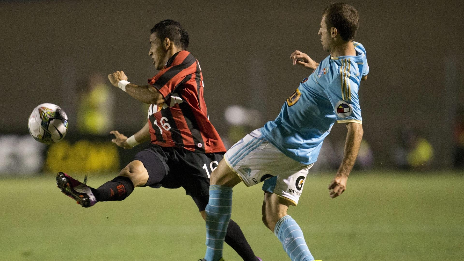 5.fev.2014 - Natanael, do Atlético-PR, e Calcaterra, do Sporting Cristal, brigam pela bola durante partida pela Pré-Libertadores