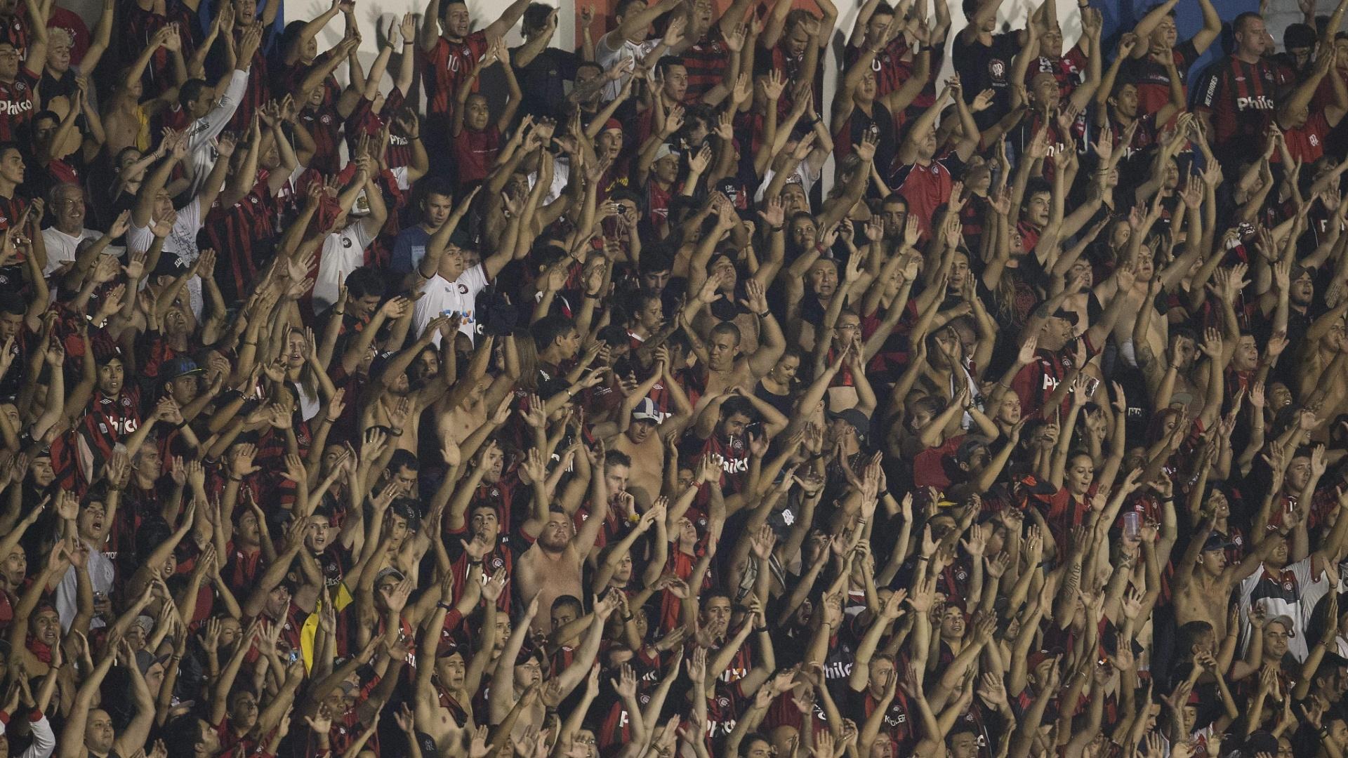 5.fev.2014 - Torcida do Atlético-PR marca presença em grande número na Vila Capanema para a partida contra o Sporting Cristal