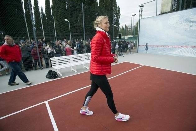 Sharapova visita 'quadra da infância' em Sochi
