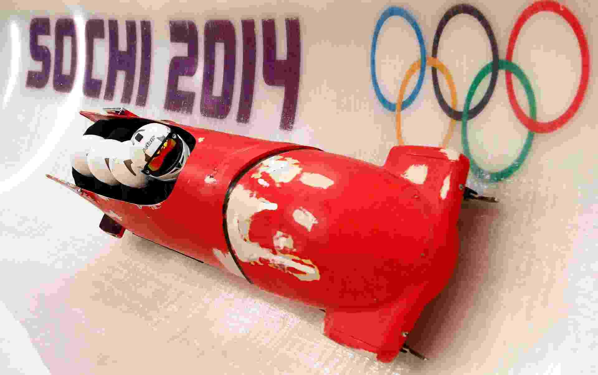 """06.02.14 - Time brasileiro do bobsled continua treinando com trenó """"sucata""""; modelo, de segunda mão, foi comprado em Mônaco. """"Não deu tempo de pintar, foi tudo muito corrido. A gente chegou há dois dias"""", disse na quarta-feira Odirlei Pessoni, um dos atletas do bobsled, ao Sportv. Equipe prometeu decorar o trenó com as cores do Brasil nesta quinta-feira - REUTERS/Arnd Wiegmann"""