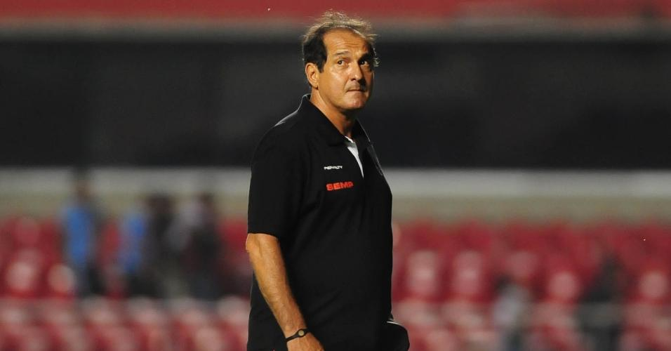06.fev.2014 - Muricy Ramalho caminha após vitória do São Paulo sobre o Paulista
