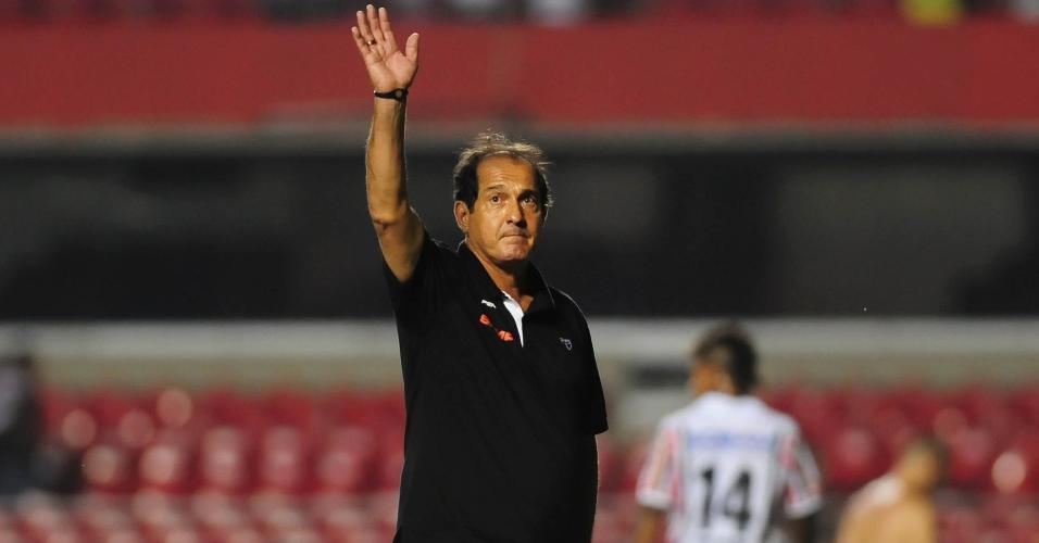 06.fev.2014 - Muricy Ramalho, técnico do São Paulo, acena para a torcida após vitória sobre o Paulista no Morumbi