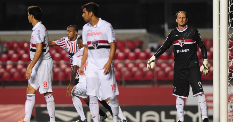 06.fev.2014 - Rogério Ceni orienta defesa do São Paulo durante jogo contra o Paulista, no Morumbi