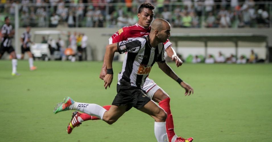 5 fev 2014 - Diego Tardelli em ação durante a derrota do Atlético-MG para o Tombense, por 2 a 0, no Independência