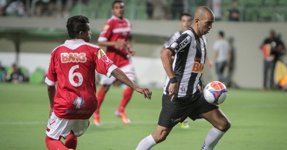 5 fev 2014 - Diego Tardelli recebeu forte marcação dos zagueiros do Tombense no jogo em que o Atlético-MG perdeu para o Tombense