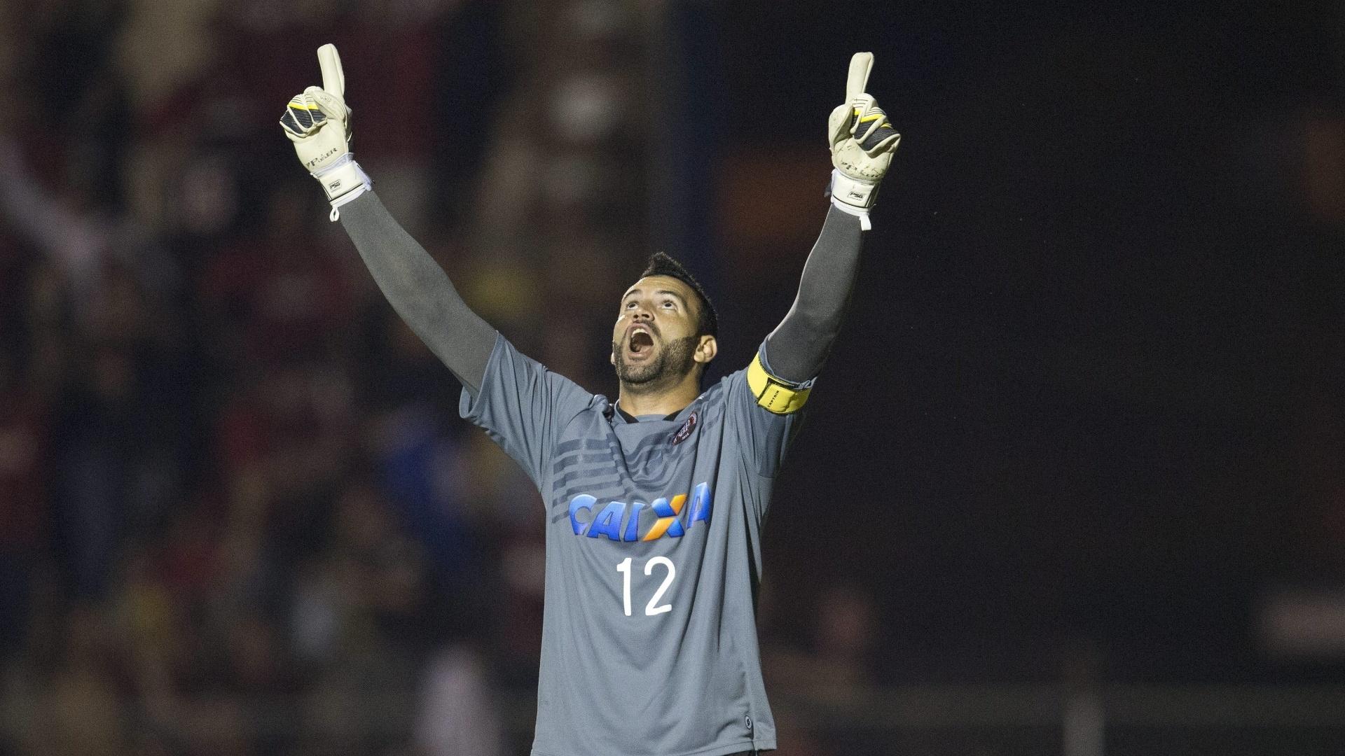 5.fev.2014 - Goleiro Weverton comemora após jogador do Sporting Cristal erra pênalti e garantir a classificação do Atlético-PR para a fase de grupos da Libertadores