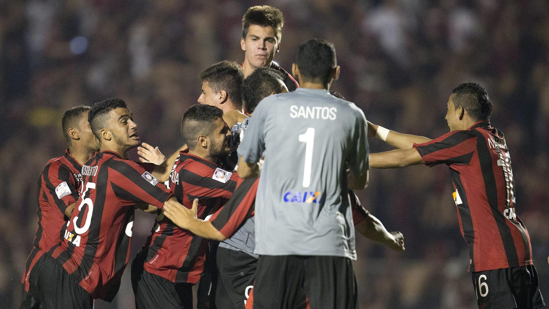 5.fev.2014 - Jogadores do Atlético-PR fazem festa após a equipe garantir a classificação para a fase de grupos da Libertadores