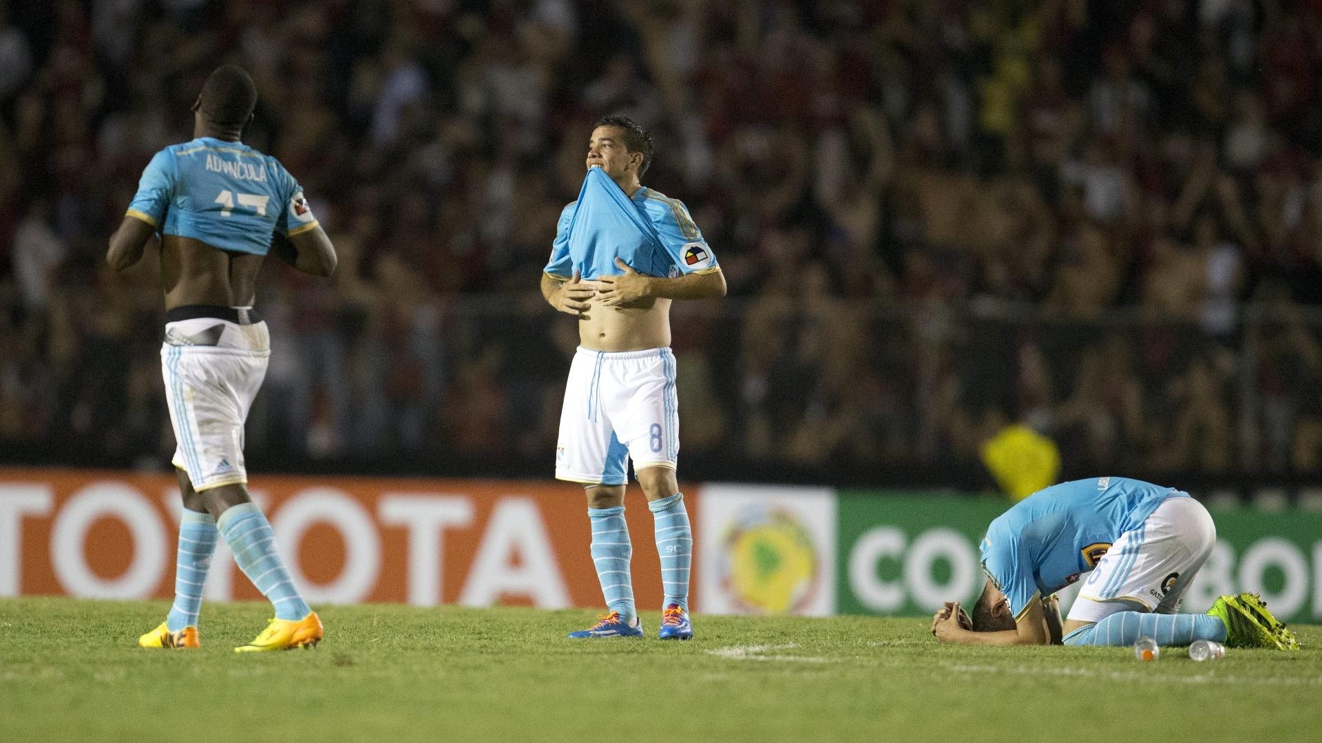 5.fev.2014 - Jogadores do Sporting Cristal lamentam após a equipe ser eliminada pelo Atlético-PR nos pênaltis