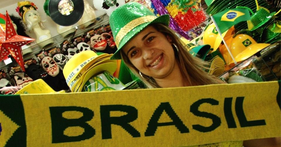 Pessoas usam verde amarelo, as cores do Brasil, no carnaval por causa da Copa