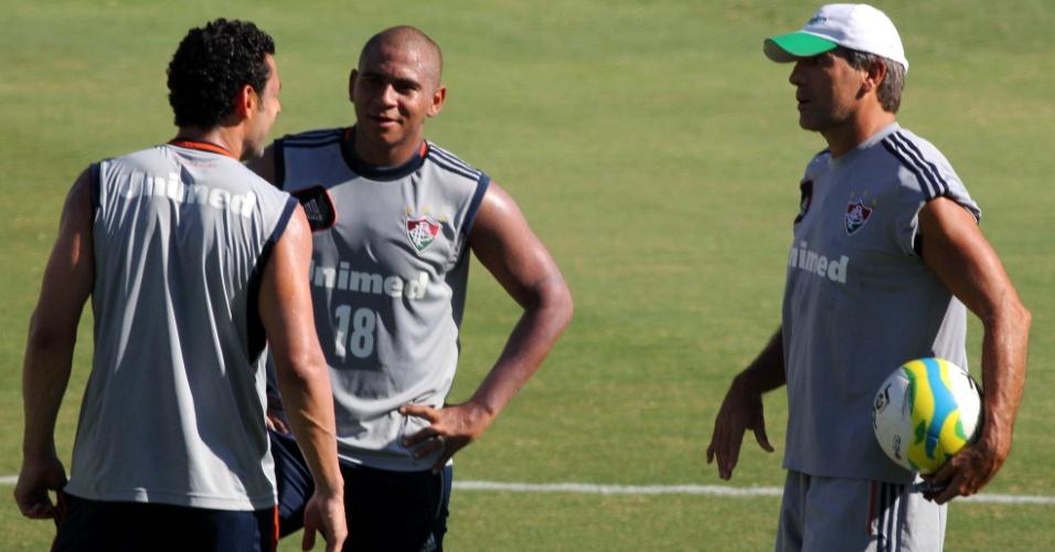 05 fev. 2014 - Renato Gaúcho conversa com Fred e Walter durante treino do Fluminense