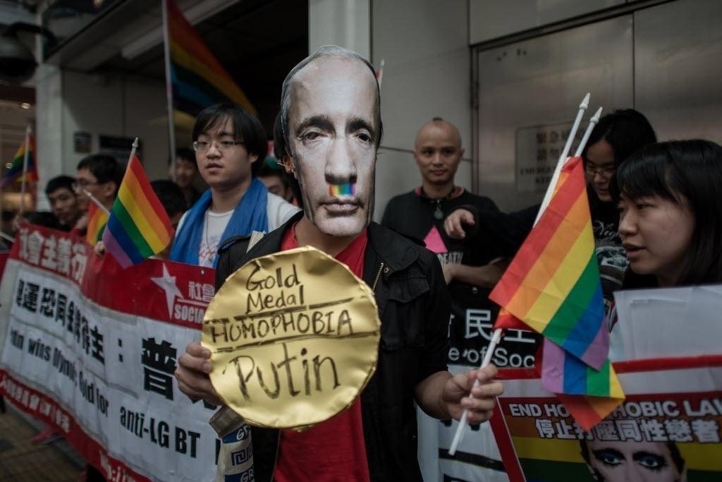 07.fev.2014 - Ativista exibe máscara ironizando o presidente russo Vladimir Putin em Hong Kong; pessoas protestam contra a 'legislação anti-gay' vigente no país que é sede dos Jogos de Inverno de Sochi