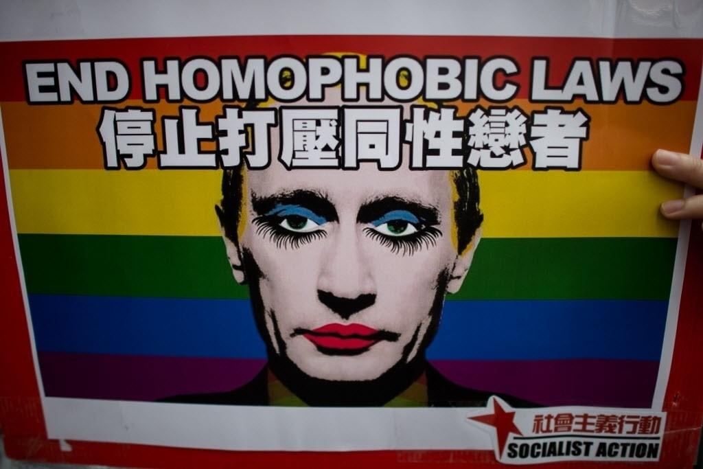 07.fev.2014 - Cartaz com o rosto maquiado do presidente russo Vladimir Putin é exibido em protesto em Hong Kong contra legislação anti-gay do país sede das Olimpíadas de Inverno;