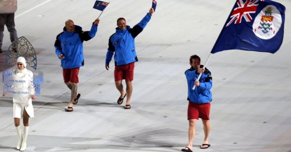 07.fev.2014 - Delegação de Ilhas Cayman não ligou para o frio e desfilou na abertura em Sochi de chinelos