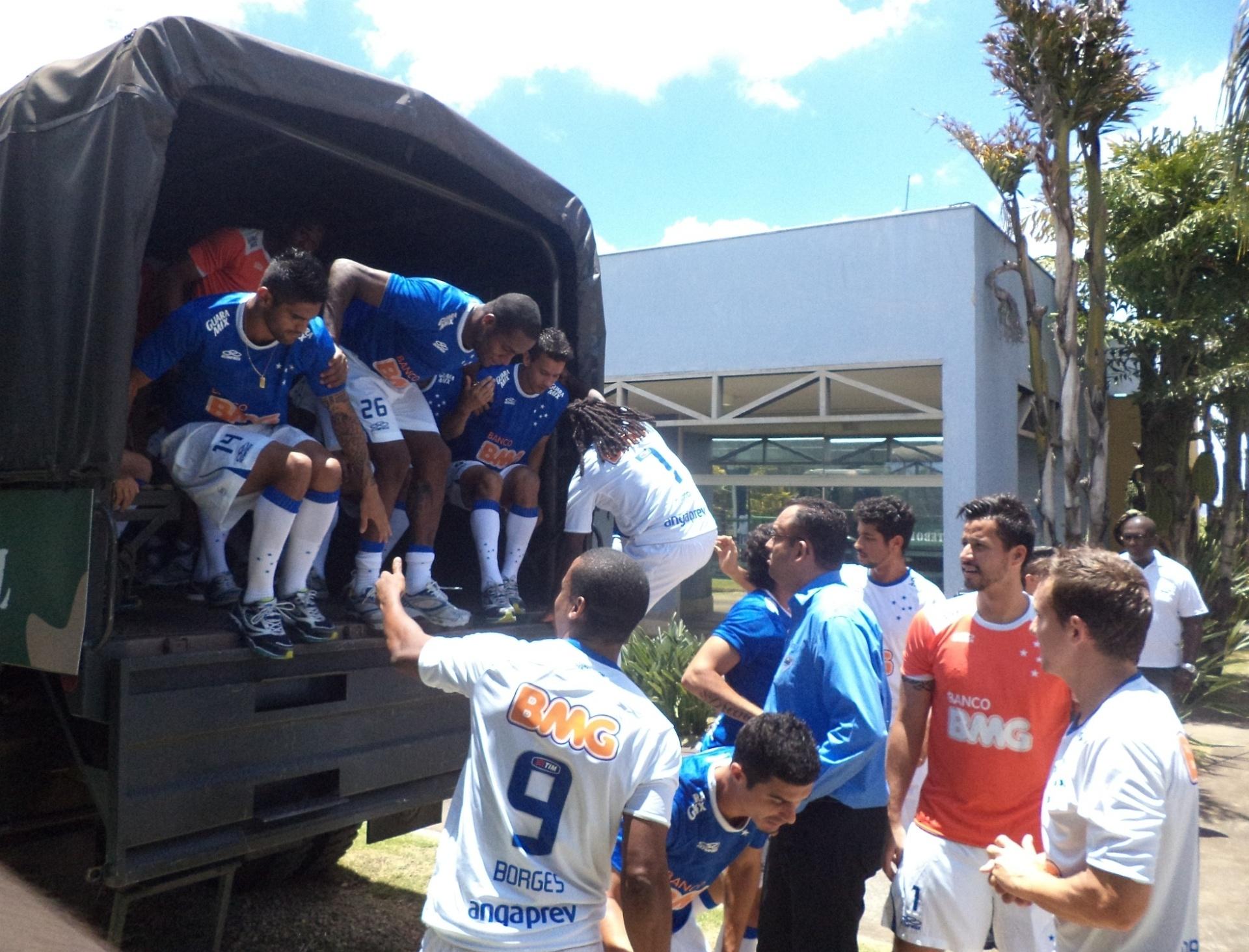 4ba2f8d508 Lançamento de camisa no Cruzeiro tem caminhão do exército e rock - 07 02  2014 - UOL Esporte
