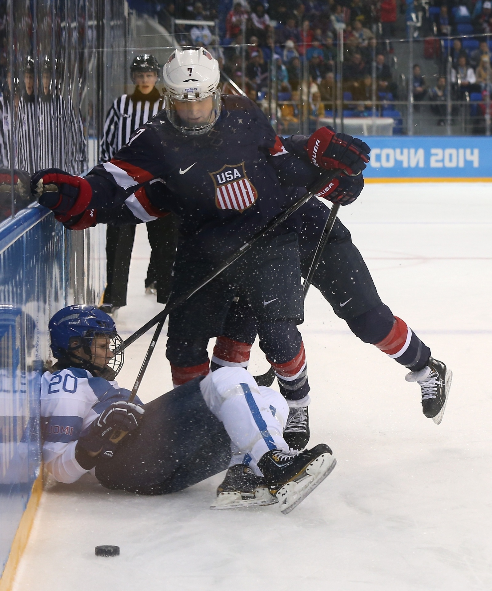 08.02.2014 - A norte-americana Monique Lamoureux (em pé) empurra a finlandesa Saija Tarkki
