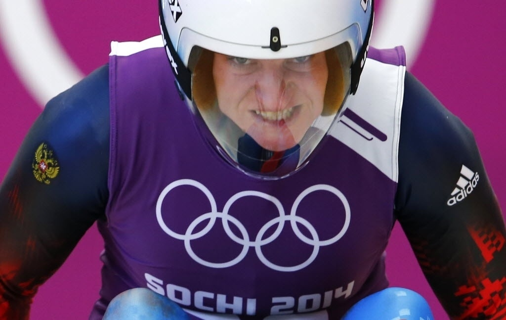 08.02.2014 - Após ajeitar o capacete, Natalja Khoreva faz cara de dor para fazer o luge andar