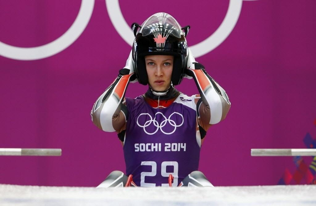 08.02.2014 - Canadense Arianne Jones ficou com a cabeça alongada demais durante os treinamentos do luge