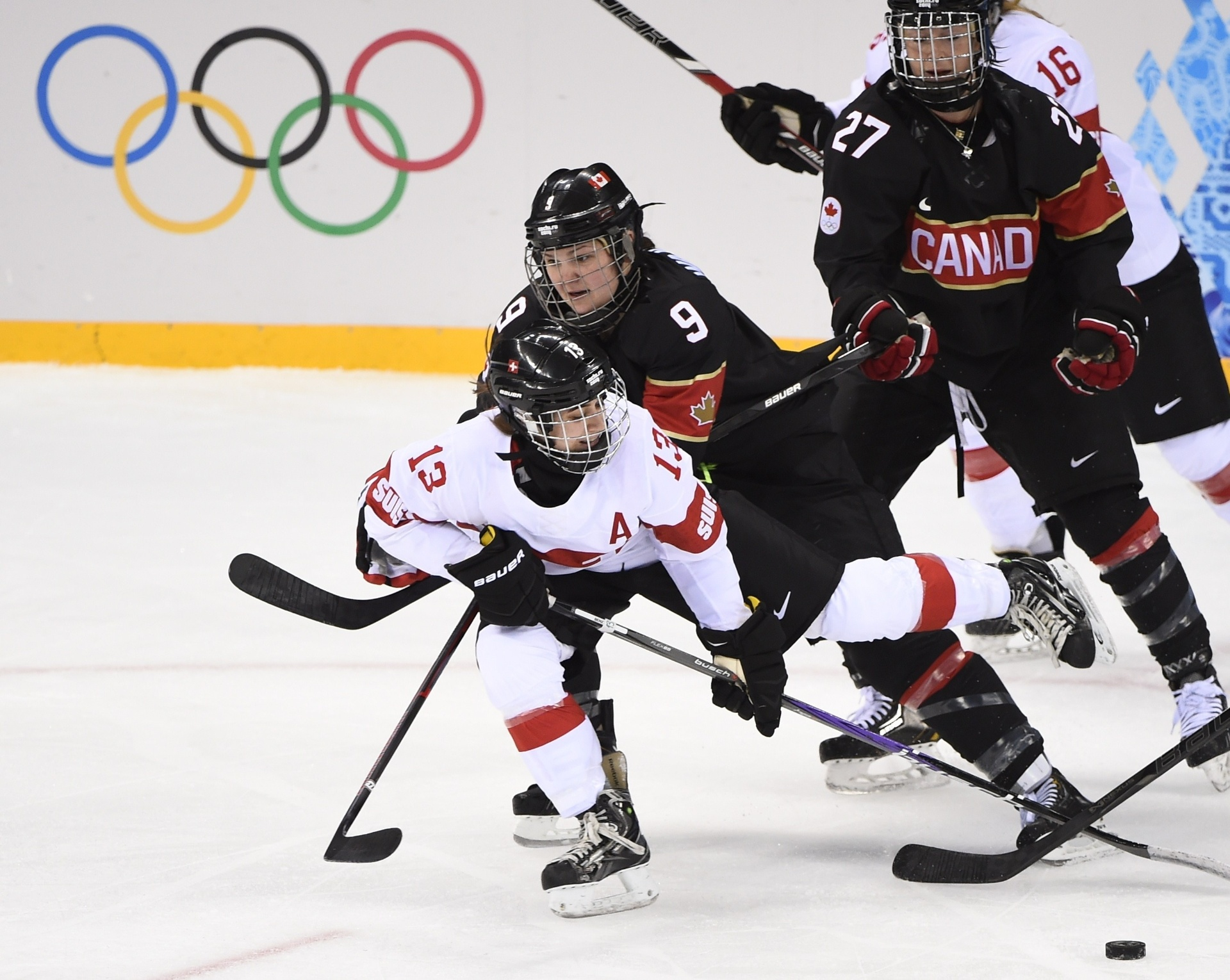 08.02.2014 - Canadense Jennifer Wakefield é levantada pelas rivais nos Jogos Olímpicos de Inverno