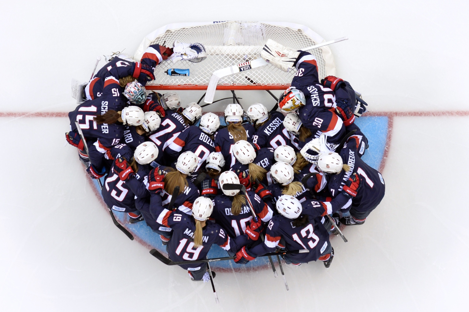 08.02.2014 - Jogadoras de hóquei dos Estados Unidos se concentram ao redor do gol