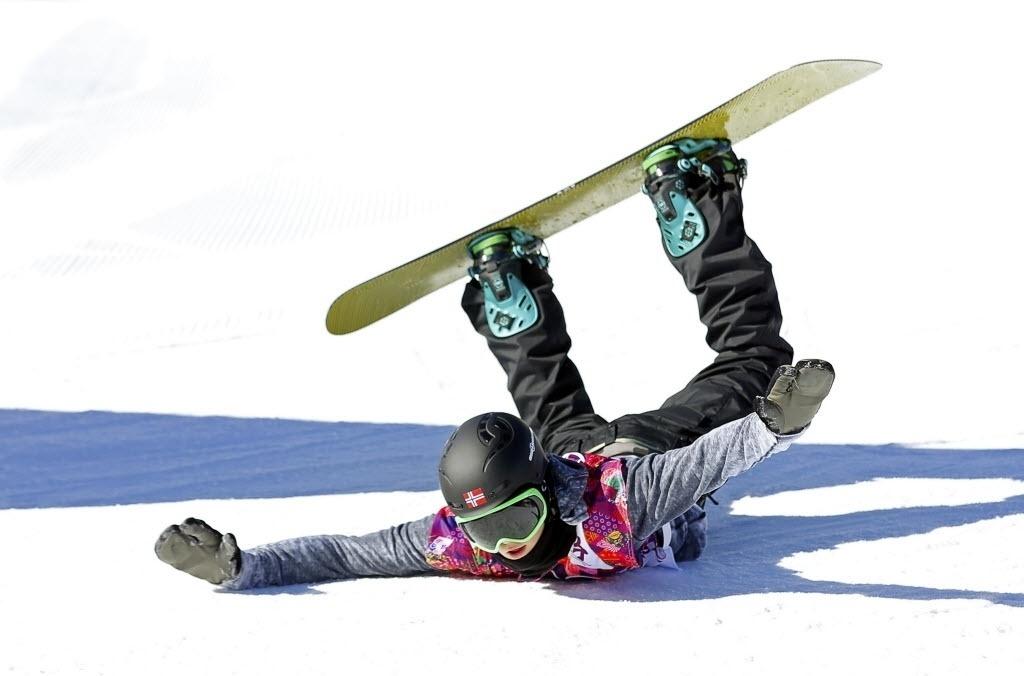 08.02.2014 - Norueguesa Staale Sandbech fica de braços abertos e pernas para o alto na prova de Snowboard Slopestyle