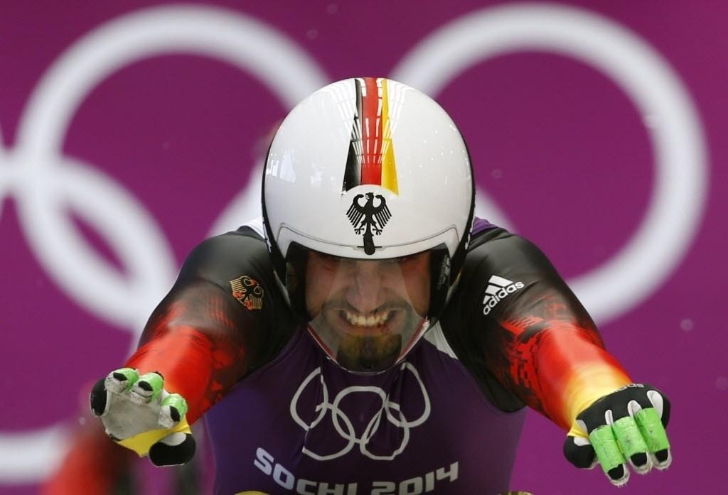 08.02.2014 - O alemão Andi Langenhan parece que está fazendo muita força antes de correr no luge
