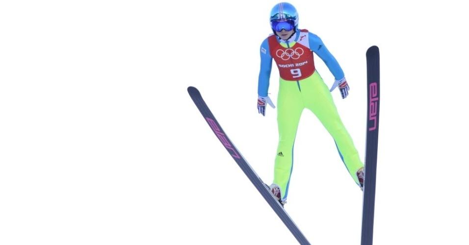 08.02.2014 - Parece que a eslovena Spela Rogelj não se preocupou com a combinação da roupa para o salto em esqui...