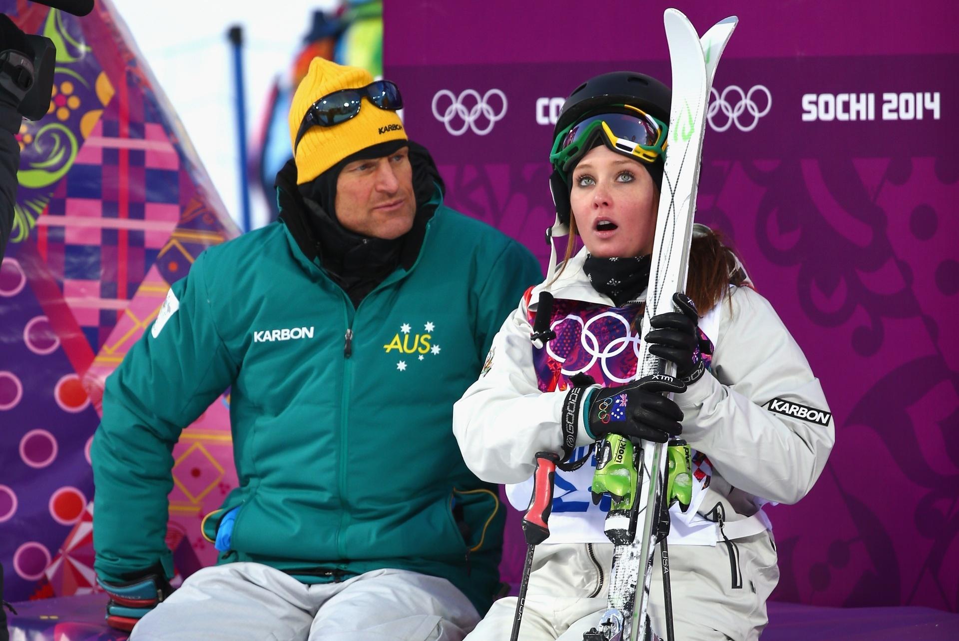 08.02.2014 - Taylah O'Neill, da Austrália, estava assustada com seu desempenho no ski freestyle ou com a cara de bravo do seu técnico?