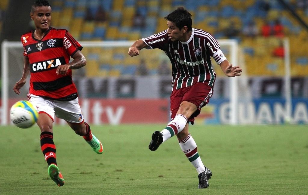 08.fev.2014 - Meia argentino Dario Conca faz cruzamento no clássico entre Flamengo e Fluminense
