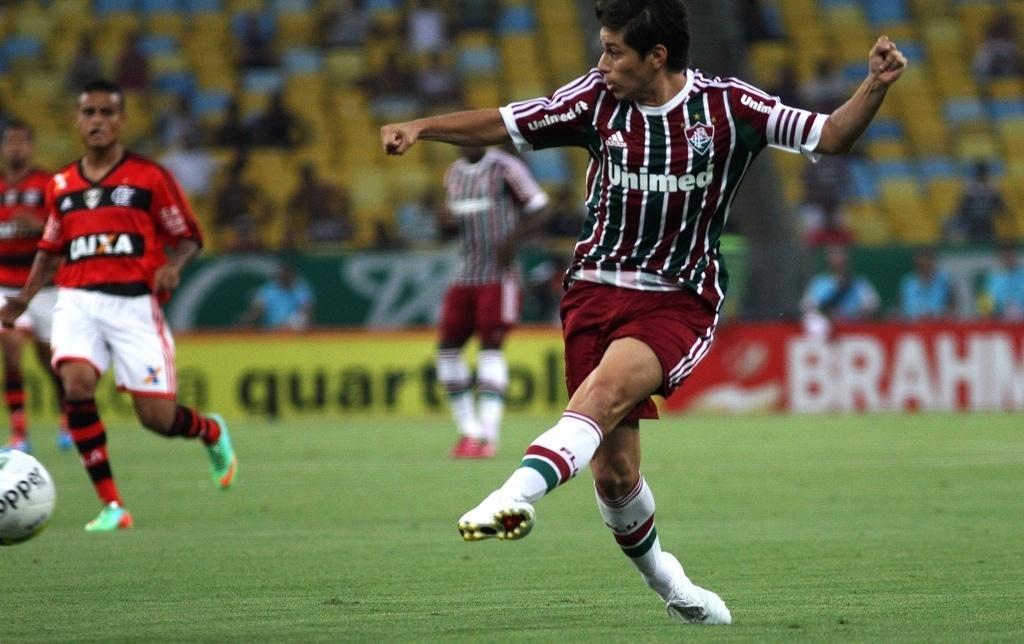 08.fev.2014 - Meia argentino Dario Conca toca a bola no clássico entre Flamengo e Fluminense