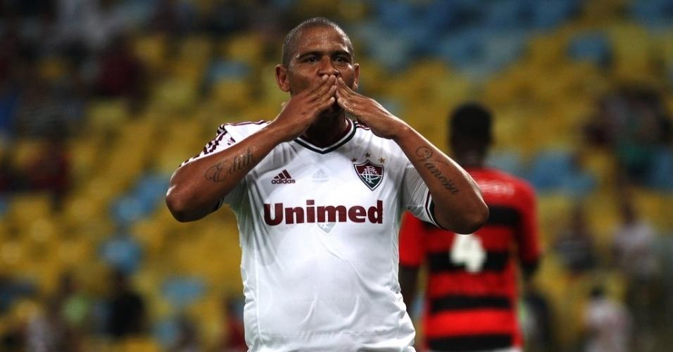 08.fev.2014 - Walter comemora seu primeiro gol com a camisa do Fluminense logo na estreia pelo clube