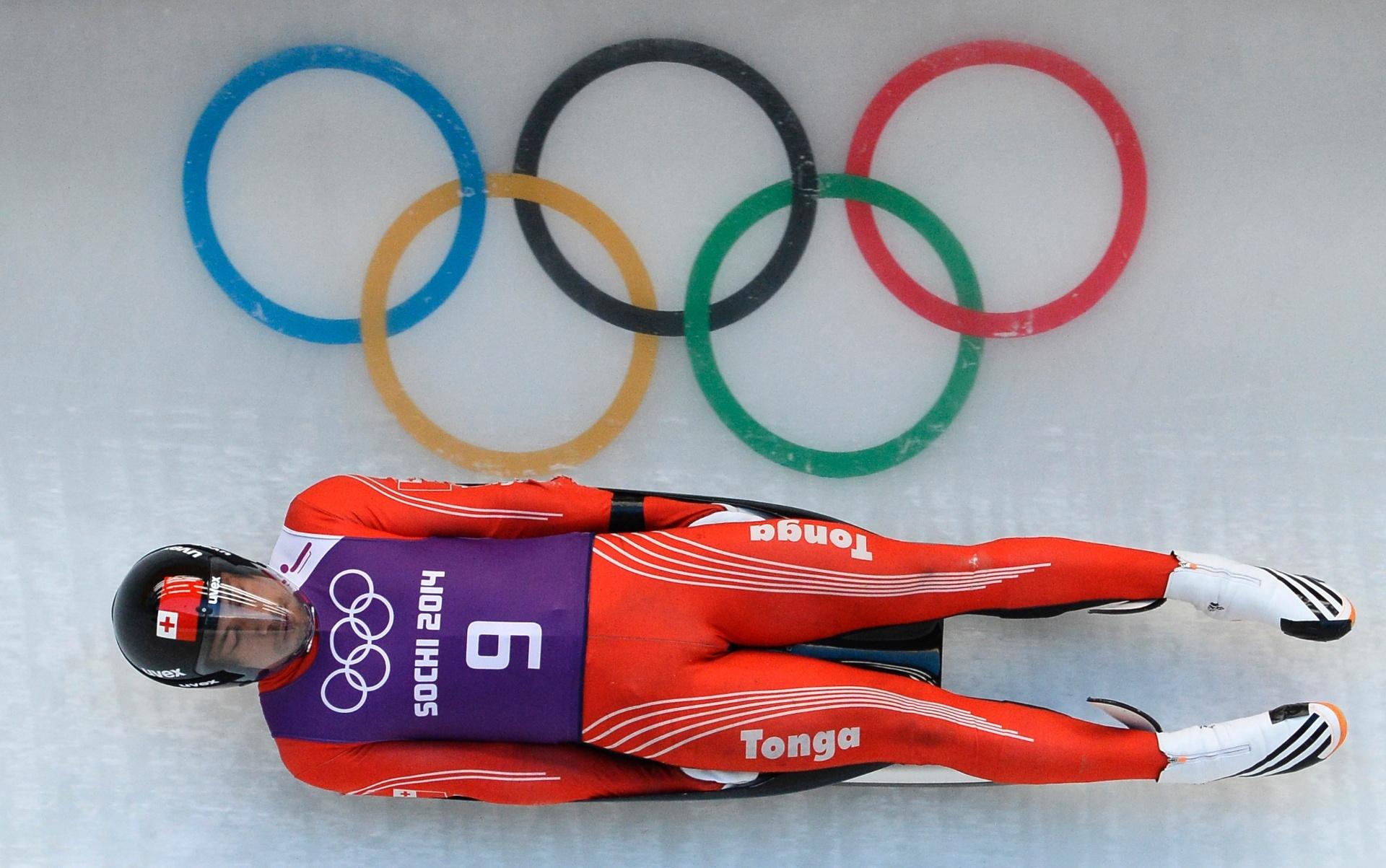 Bruno Banani, de Tonga, treina para disputar o Luge nos Jogos Olímpicos de Inverno