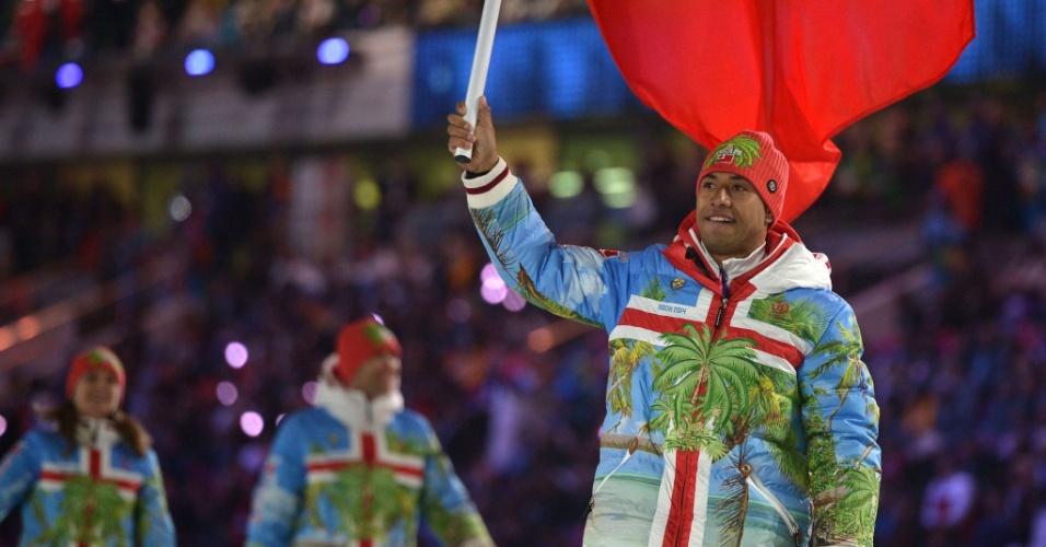 Bruno Banani ergue a bandeira de Tonga durante a abertura dos Jogos Olímpicos de Inverno