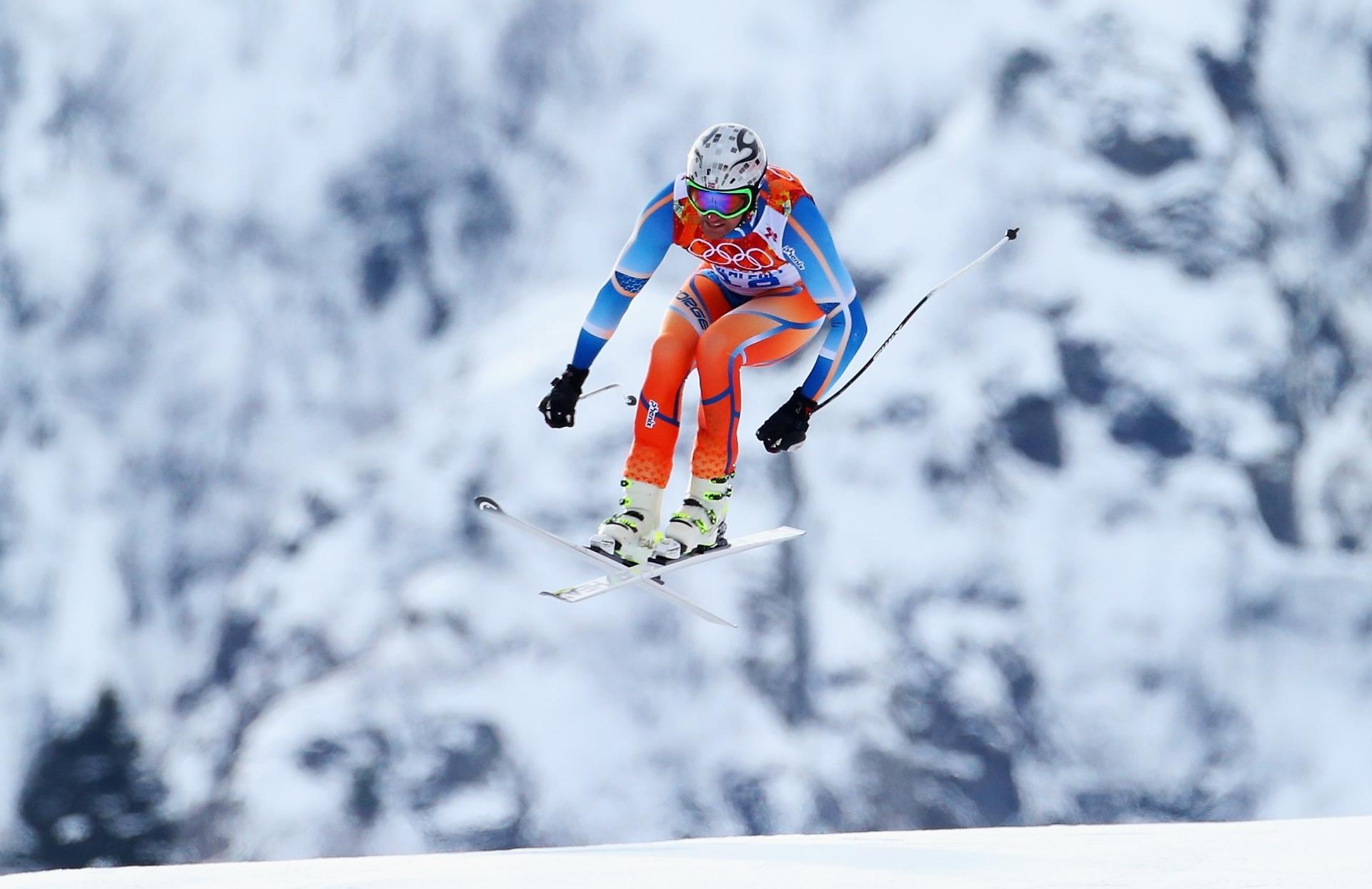 09.02.2014 - Aksel Lund Svindal, da Noruega, usa roupa colorida para se destacar diante das montanhas nevadas