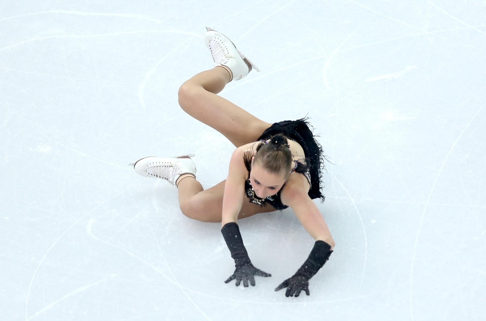 09.02.2014 - Alemã Nathalie Weinzierl caiu durante sua apresentação de patinação artística