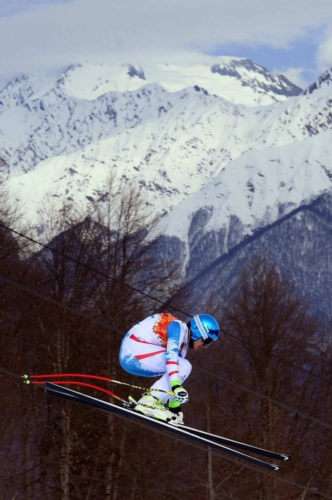 09.02.2014 - Austríaco Matthias Mayer, do ski downhill, parece que está andando sob os fios, mas ele está voando