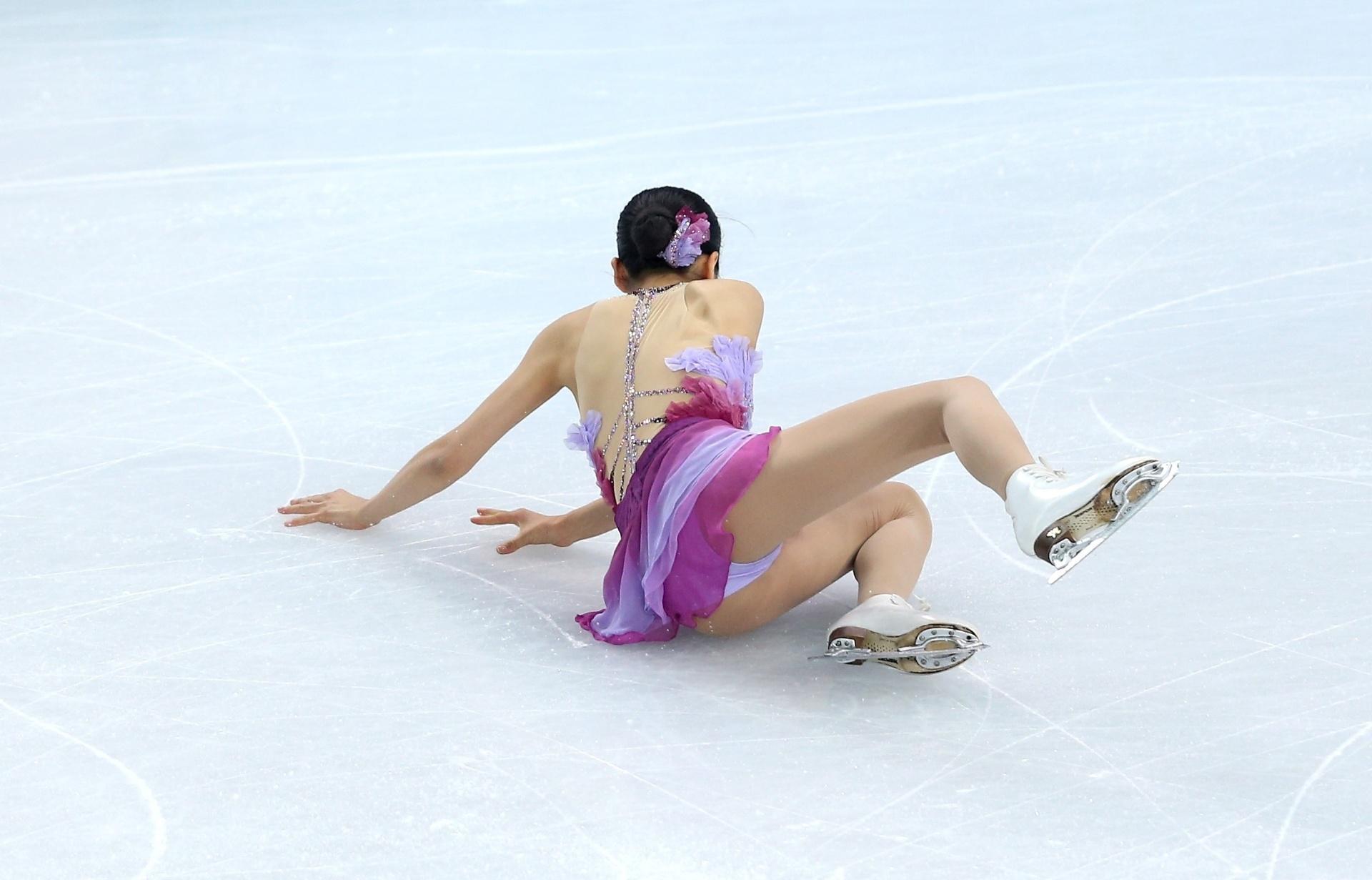 09.02.2014 - Japonesa Mao Asada, da patinação artística, escorregou durante sua exibição em Sochi