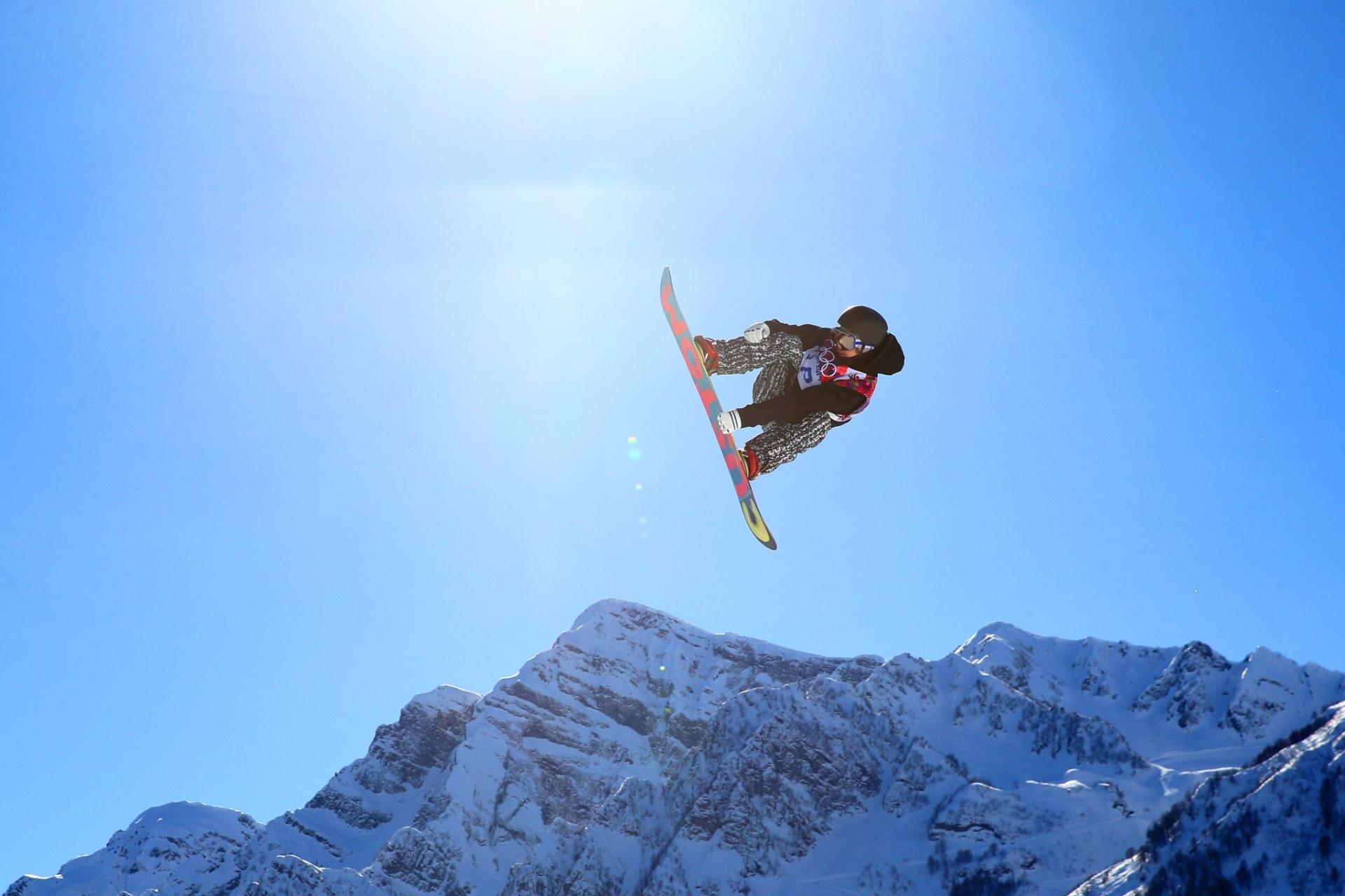 09.02.2014 - Roope Tonteri, da Finlândia, aponta seu snowboard para o sol na prova do slopestyle