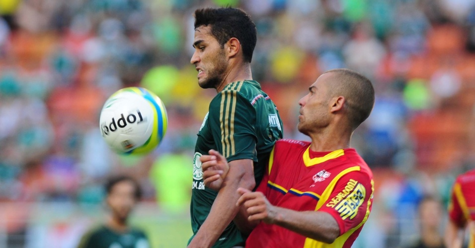 09.fev.2014 - Alan Kardec tenta dominar bola no peito durante jogo entre Palmeiras e Audax