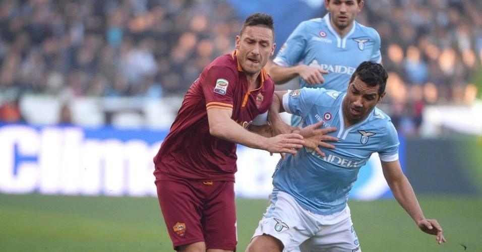 09.fev.2014 - Brasileiro André Dias tenta roubar a bola de Totti no clássico entre Lazio e Roma, que terminou 0 a 0 pelo Campeonato Italiano