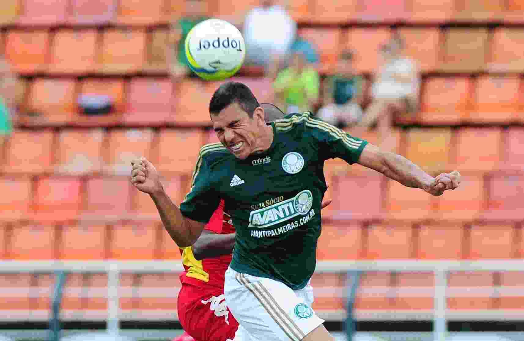 09.fev.2014 - Lúcio sobe para afastar de cabeça durante jogo entre Palmeiras e Audax - Junior Lago/UOL