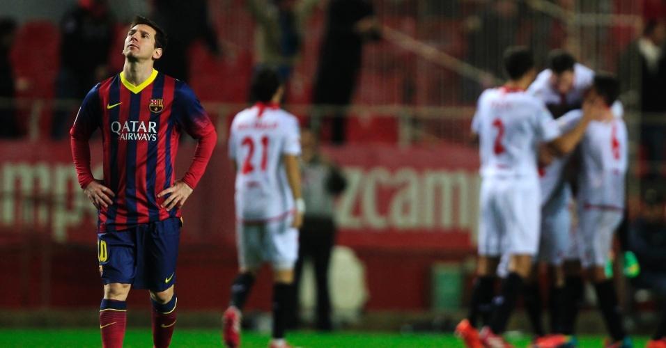 09.fev.2014 - Primeiro, Messi lamentou o gol sofrido pelo Barcelona na partida contra o Sevilla
