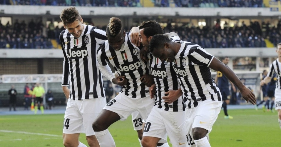 09.fev.2014 - Tevez dança com seus companheiros após marcar para a Juventus no empate por 2 a 2 contra o Hellas Verona, pelo Campeonato Italiano