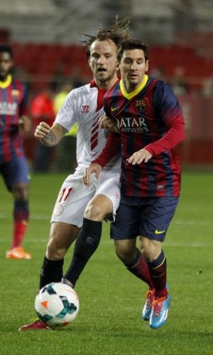 Messi (d) disputa jogada com Rajitic, do Sevilla