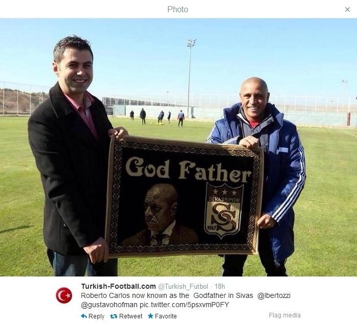 Técnico Roberto Carlos ganha placa como Poderoso Chefão